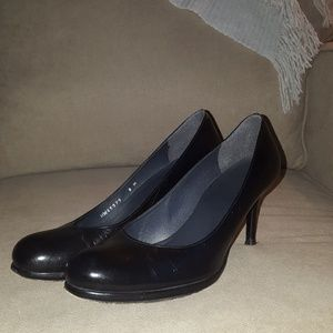 Stuart Weitzman classic black pump with round toe
